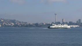 Setzen Sie das Überschreiten vorbei vor der Raum-Nadel in Seattle USA über stock video footage