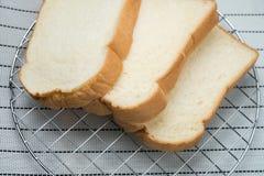 Setzen Sie das Brot auf den Grillhintergrund Stockbild