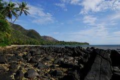 Setzen Sie das kleine Thio Dorf auf den Strand lizenzfreie stockbilder