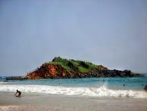 Setzen Sie das Leben bei Mirissa Sri Lanka auf den Strand, das die Urlauber kennzeichnet, die im Wasser sich amüsieren Stockbild