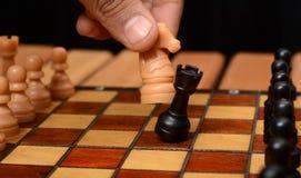 Setzen Sie das Spielen des Konzeptes mit Schachbrettpfand schachmatt und adeln Sie Stockfoto