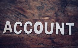 Setzen Sie das Wort ` KONTO ` Weiß auf den Bretterboden lizenzfreies stockfoto
