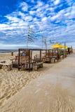 Setzen Sie in den Niederlanden an einem kalten Frühlingstag auf den Strand Stockfoto