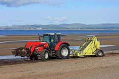 Setzen Sie saubereren Traktor auf den Strand Lizenzfreies Stockfoto
