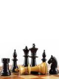 Setzen Sie den weißen König schachmatt Schachkonzept mit weißem Hintergrund für den Artikel lizenzfreie stockfotografie