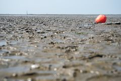 Setzen Sie an der Ebbeebbe mit rotem Strandkennzeichen auf den Strand stockbilder