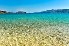 Setzen Sie in der Küste von adriatisches Seeinsel PAG oder von Hvar auf den Strand Stockfotos