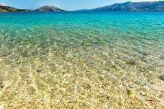 Setzen Sie in der Küste von adriatisches Seeinsel PAG oder von Hvar auf den Strand Lizenzfreies Stockfoto