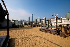 Setzen Sie in der Stadt auf den Strand Stockfotografie