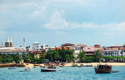 Setzen Sie in der Steinstadt auf der Insel von Sansibar auf den Strand stockfotos