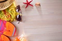 Setzen Sie die Artikel auf den Strand, die auf eine Draufsicht des Holztischs vorbereitet werden Lizenzfreie Stockfotografie