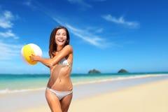 Setzen Sie die Frau auf den Strand, die mit dem Ball spielt, der Spaß auf Hawaii hat Stockbilder