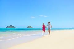 Setzen Sie die Paare auf den Strand, die Spaß auf Hawaii-Flitterwochen habend glücklich sind Lizenzfreie Stockfotografie