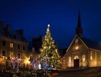 Setzen Sie die Royale Royal Plaza- und Notre Dame-DES-Sieg-Kirche, die für Weihnachten nachts - Québec-Stadt, Kanada verziert wir Lizenzfreie Stockfotos