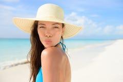 Setzen Sie die Sonnenhutfrau auf den strand, die im Urlaub netten Kuss durchbrennt Stockbild