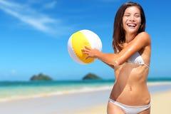 Setzen Sie die Spaßsommerferienfrau auf den strand, die mit Ball spielt Lizenzfreie Stockfotos