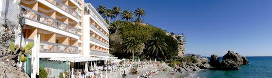 Setzen Sie durch Balcon de Europa am spanischen Erholungsort von Nerja auf Costa del Sol auf den Strand Stockfoto