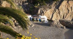 Setzen Sie durch Balcon de Europa am spanischen Erholungsort von Nerja auf Costa del Sol auf den Strand Stockfotos