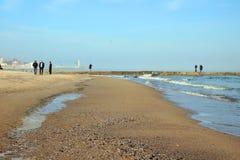 Setzen Sie durch das See- und Leuteschlendern gemächlich auf den Strand Lizenzfreie Stockbilder