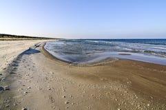 Setzen Sie durch die Ostsee, Sommerzeit, sonniges Wetter, Polen auf den Strand Lizenzfreie Stockfotografie