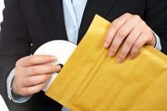 Setzen Sie dvd Platte auf den Umschlag Lizenzfreies Stockfoto