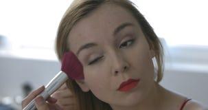 Setzen Sie ein Pulver auf Gesicht stock footage