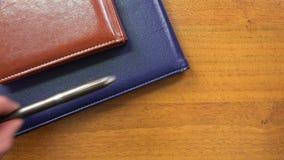 Setzen Sie eine rote Schale und ein Tagebuch auf dem Tisch stock video footage