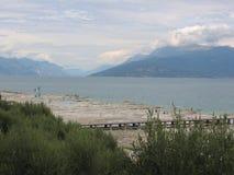 Setzen Sie an einem Tag des schlechten weaher auf dem See von Garda in Italien auf den Strand Stockbilder