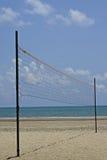 Setzen Sie einen Volleyball auf den Strand Stockfotografie