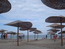 Setzen Sie am Ende der Jahreszeit in Erholungsort Vama Veche beim Schwarzen Meer in Rumänien, am 23. August 2015 auf den Strand Lizenzfreies Stockfoto