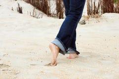 Setzen Sie Füße auf den Strand Lizenzfreie Stockfotografie