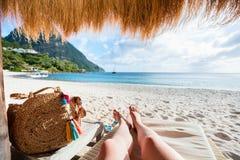 Setzen Sie Ferien auf den Strand stockbild