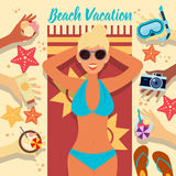 Setzen Sie Ferien auf den Strand Junge Erwachsene Frau auf dem Strand Lizenzfreies Stockbild