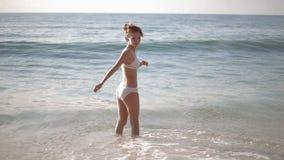 Setzen Sie Ferienleute - den weißen Badeanzug der Frau auf den Strand, der perfektes Paradiesasiatsmeer betrachtend sich entspann stock footage