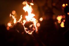 Setzen Sie Flamme nachts mit mehr Fackeln im Hintergrund in Brand lizenzfreie stockfotografie