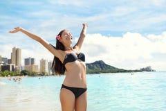 Setzen Sie Frau im Bikini auf Waikiki, Oahu, Hawaii auf den Strand Lizenzfreie Stockfotografie