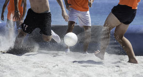 Setzen Sie Fußball auf den Strand Stockfoto