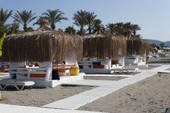 Setzen Sie Gazebo mit Klubsesseln durch das Meer in Camyuva auf den Strand Stockbild