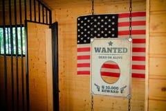 Setzen Sie gefangen und wünschte unterzeichnen herein Texas mit amerikanischer Flagge auf dem backgrou stockbilder