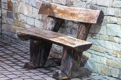 Setzen Sie gegen die Wand, die Einsamkeit und die Abwesenheit auf die Bank stockfoto