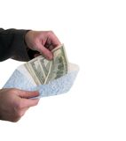 Setzen Sie Geld in den Umschlag ein Stockbild