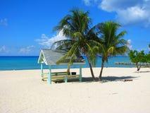 Setzen Sie Hütte auf dem sieben Meilen-Strand, Cayman Islands auf den Strand lizenzfreie stockfotografie