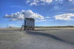 Setzen Sie Hütte auf der Insel von Terschelling in den Niederlanden auf den Strand Lizenzfreies Stockbild