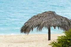 Setzen Sie Hütte durch das Meer in Cayo Santa Maria, Kuba auf den Strand Lizenzfreies Stockfoto