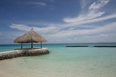 Setzen Sie Hütte, Kurumathi Maldives auf den Strand Stockfoto