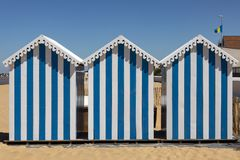 Setzen Sie Hütten an Chatelaillon-Strand nahe La Rochelle - Frankreich auf den Strand lizenzfreies stockfoto