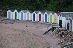 Setzen Sie Hütten in den verschiedenen Farben in der Stadt Torquay auf den Strand Lizenzfreies Stockfoto