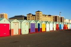 Setzen Sie Hütten an einem sonnigen Tag in Brighton Sussex auf den Strand Lizenzfreies Stockfoto