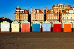 Setzen Sie Hütten an einem sonnigen Tag in Brighton Sussex auf den Strand Stockfotografie