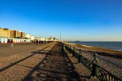 Setzen Sie Hütten an einem sonnigen Tag in Brighton Sussex auf den Strand Lizenzfreie Stockfotografie
